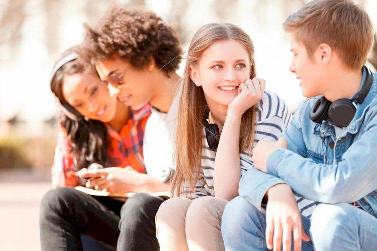 Подростки общаются